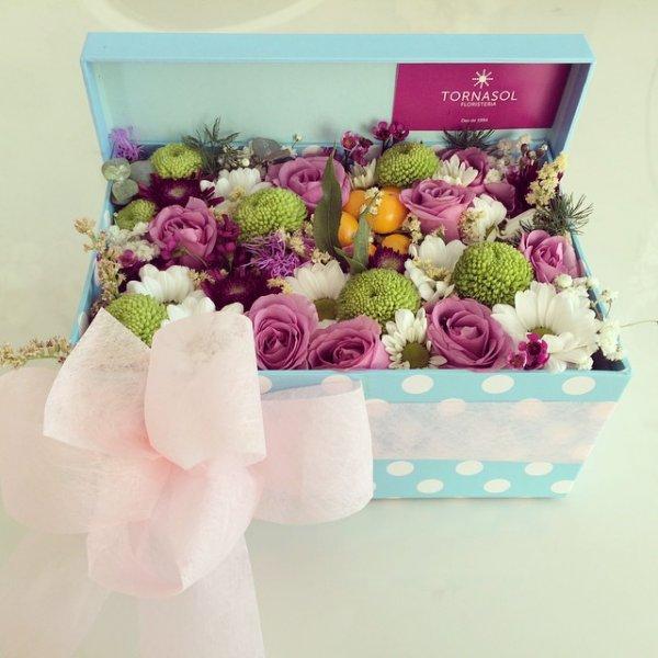 caja de regalo llena de flores variadas de colores
