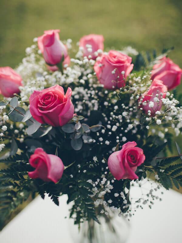 ramo de 12 rosas rosa en un jarrón de cristal