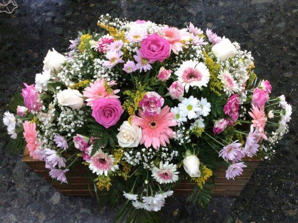 centro fúnebre de flores variadas