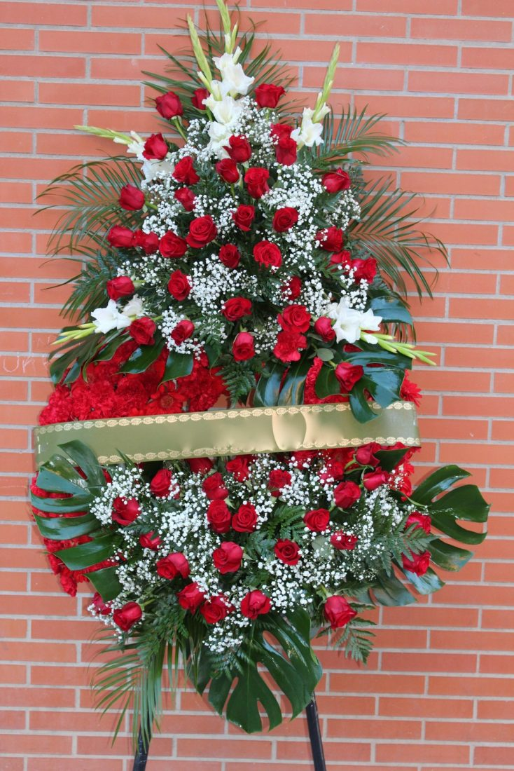 corona fúnebre de rosas rojas