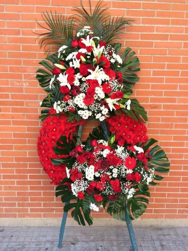 corona fúnebre clásica en tono blanco y rojo