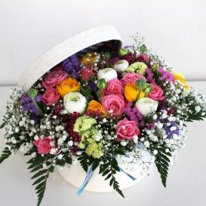 sombrerera de flores frescas silvestres variadas de colores