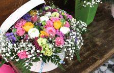 sombrerera de flores frescas silvestres