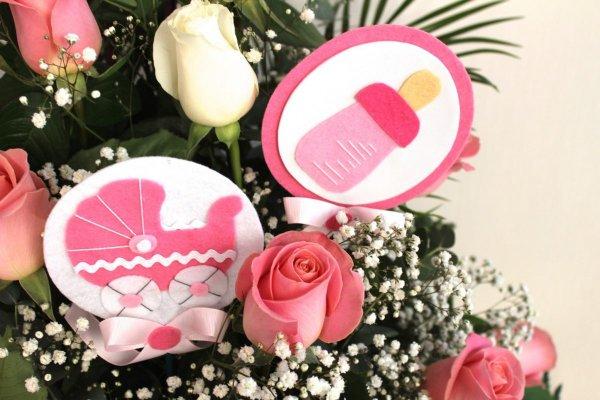 rosas blancas y rosa con 2 picks de nacimiento