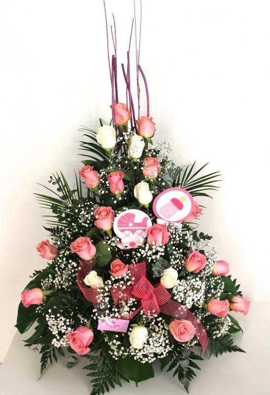 centro de rosas de color blanco y rosa