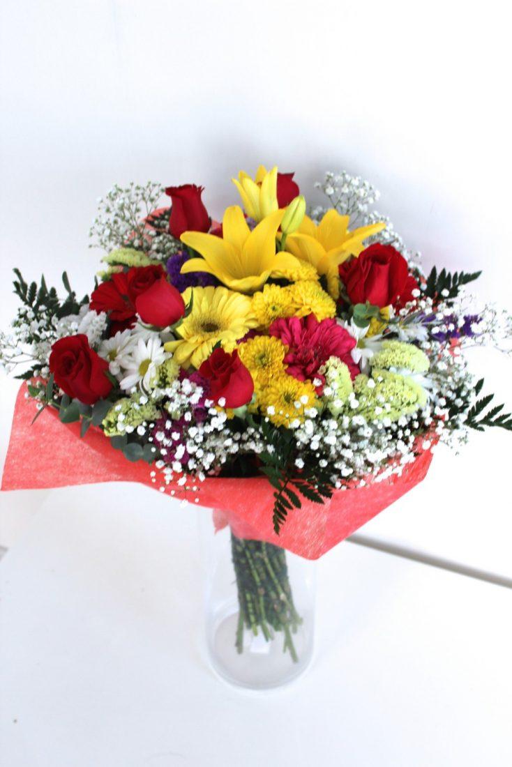 ramo de flores variadas con rosas rojas