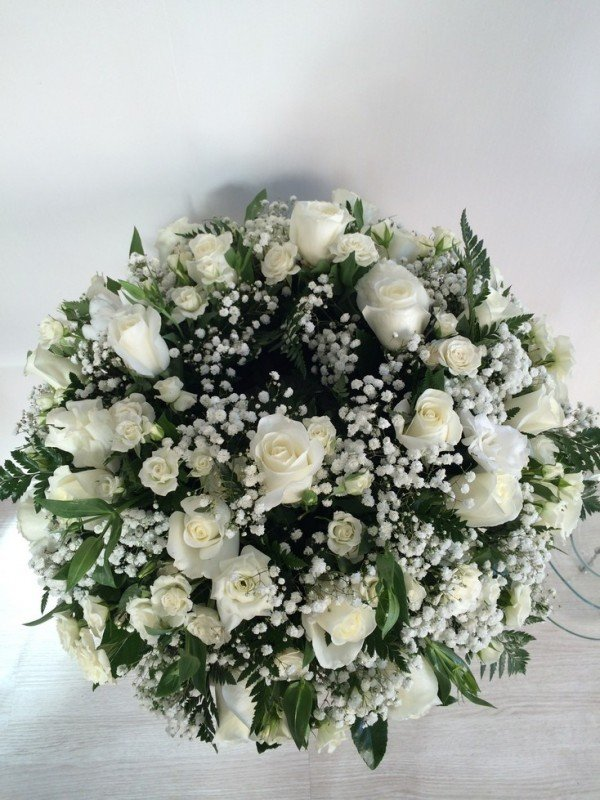 centro con forma de corona fúnebre de rosas blancas