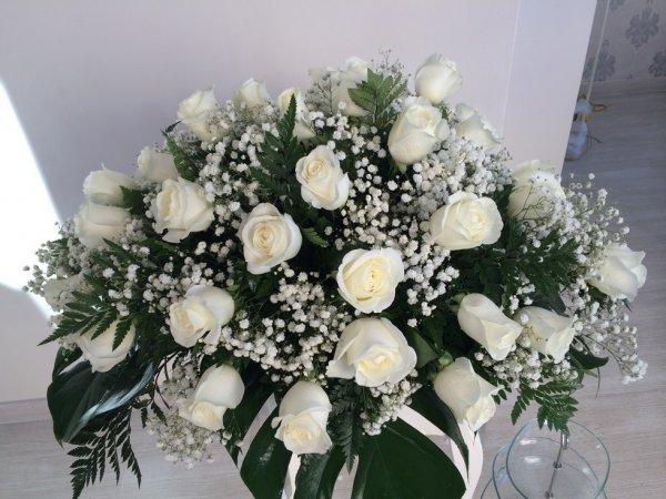 centro fúnebre de 24 rosas blancas