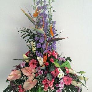 centro de flores variadas con flores tropicales