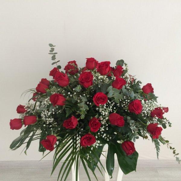 Centro fúnebre de rosas rojas