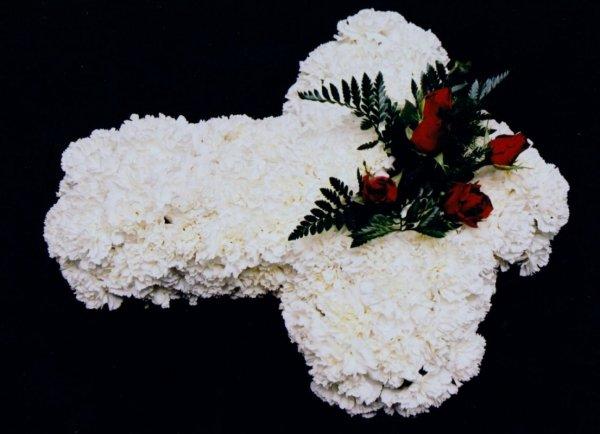 cruz tornasol mediana es una cruz fúnebre de flores blancas y rojas