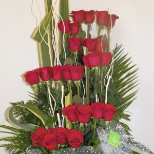 centro de rosas rojas que forma una escalera