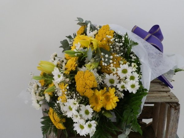 ramo para funeral de flores variadas de colores amarillos