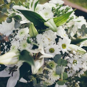 Cesta de flores blancas