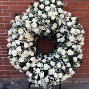 Corona fúnebre redonda de rosas