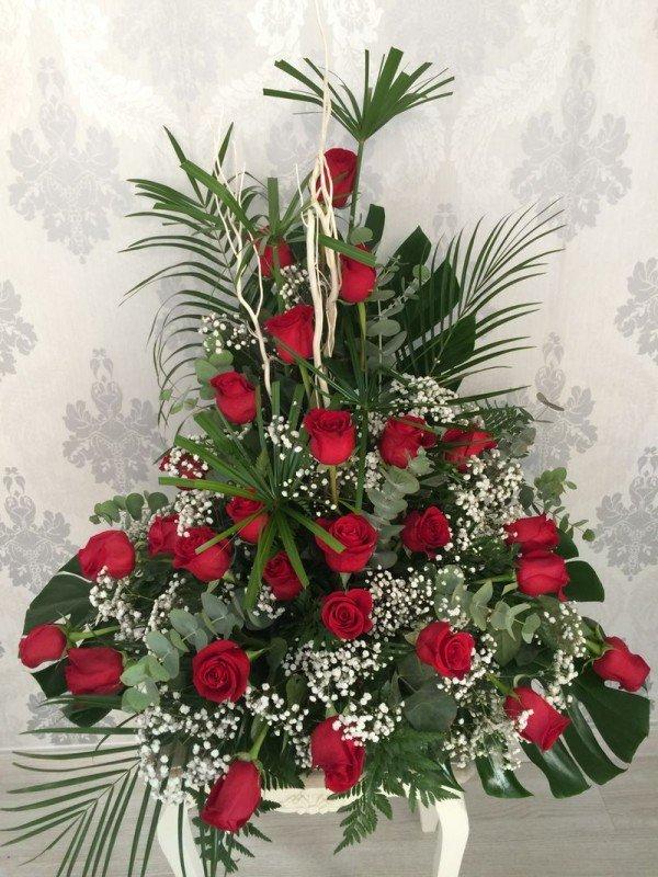 centro de 24 rosas rojas