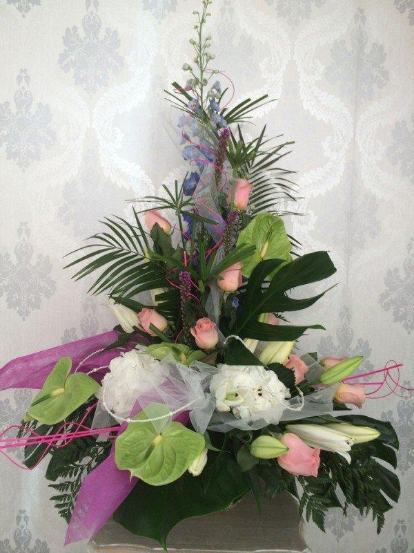centro de flores variadas tropicales