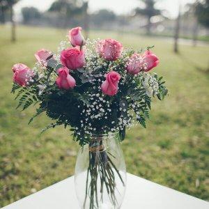ramo de 12 rosas rosa con verdes de relleno