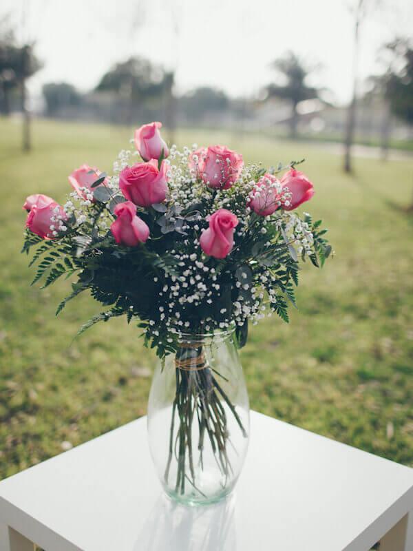 ramo de 12 rosas con verdes de relleno