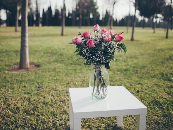 ramo de 12 rosas de color rosa en un jarrón de cristal