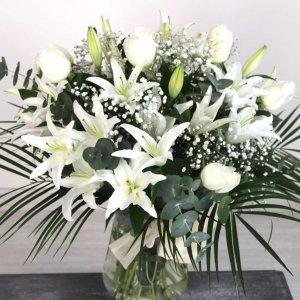 Jarrón de rosas y lilium