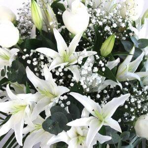 Jarrón de rosas blancas y liliim oriental blanco