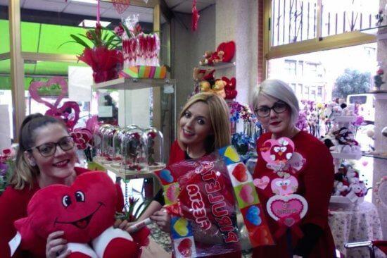 tres chicas de la floristería tornasol en San Valentín