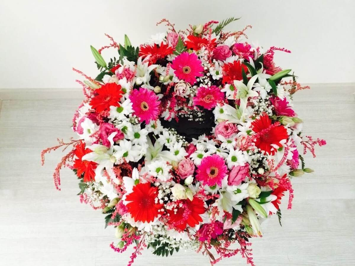 Centro en forma de corona en flor y tonos variados