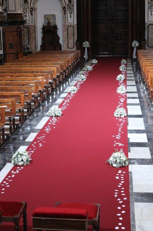 Decoración de iglesia con pasillo ancho con moqueta