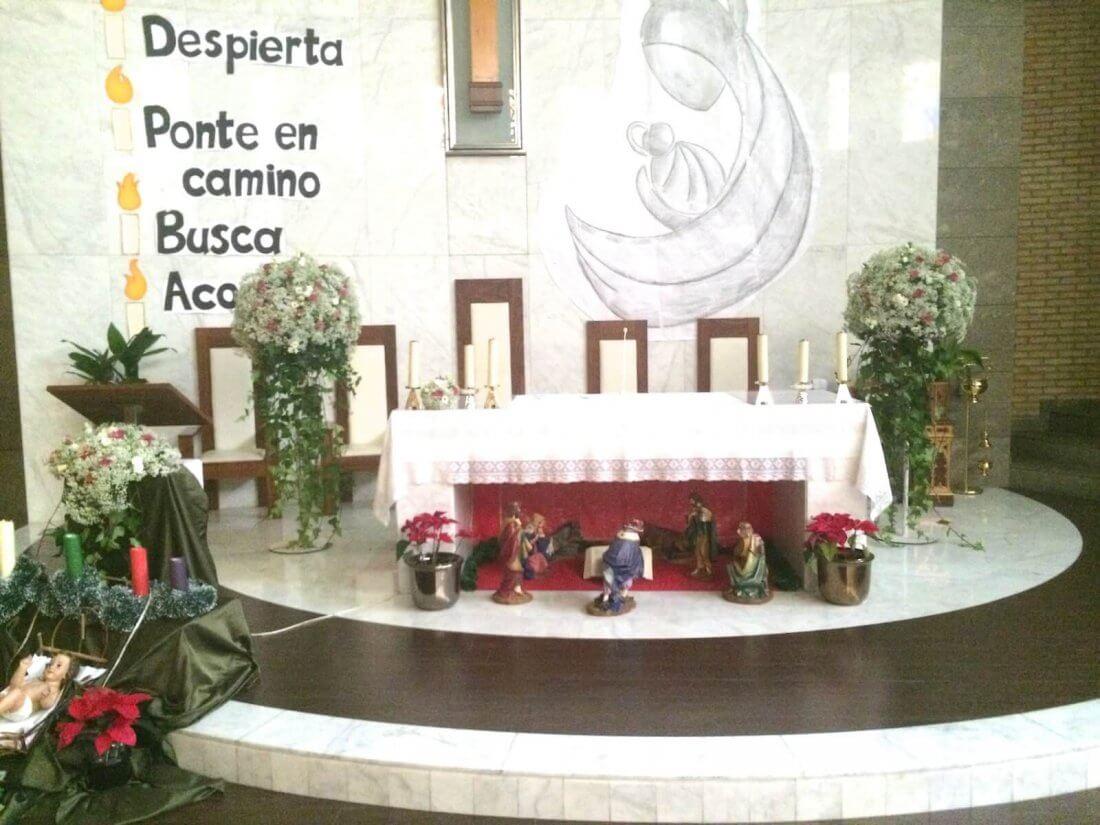 Decoración de iglesia Santa Cruz de Alaquàs en tonos blancos