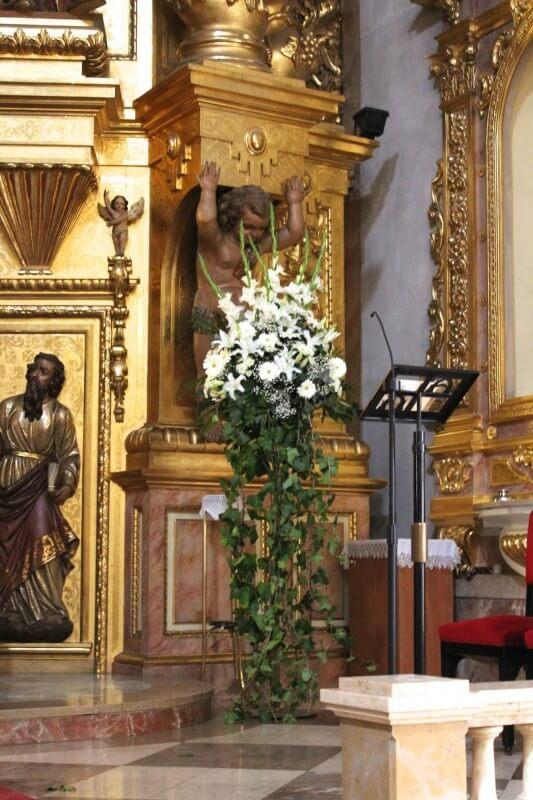 Decoración clásica de iglesia en color blanco