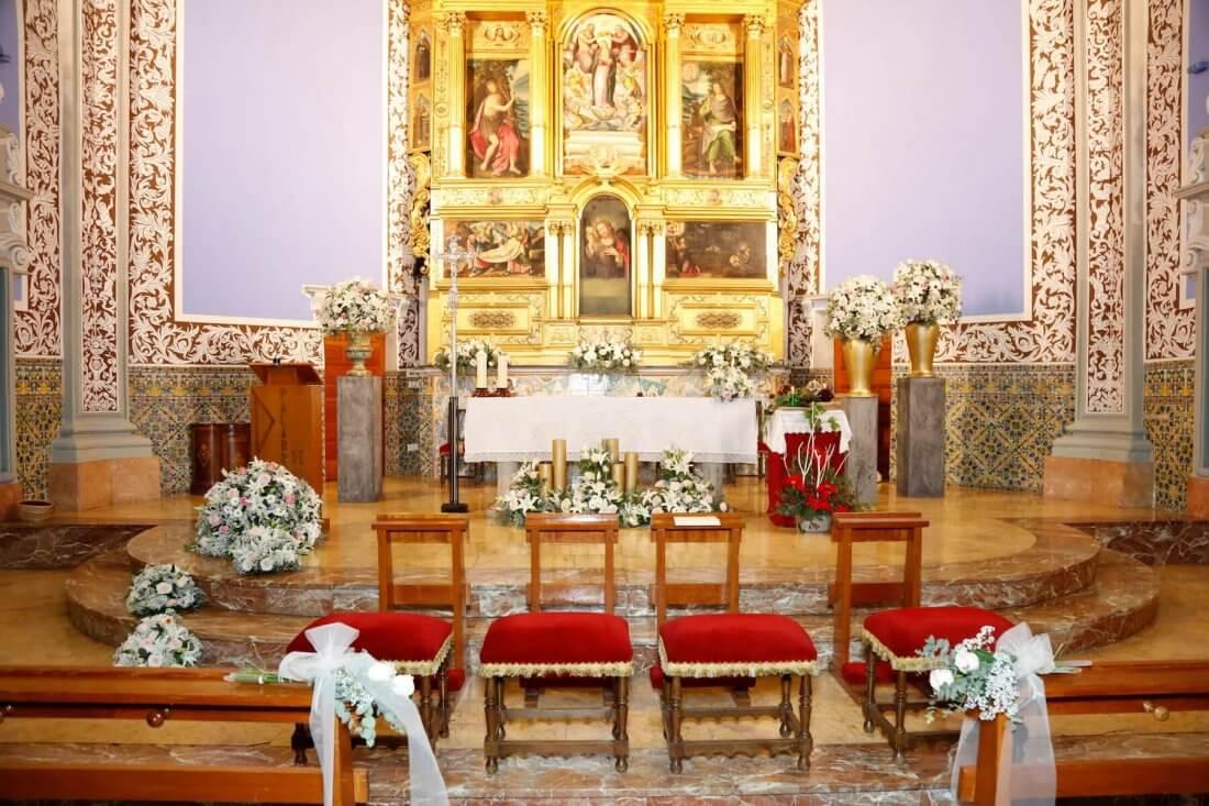 Decoración de igledia Ntra. Sra. de la Asunción de Alaquàs en tonos blanco, rosa y dorado