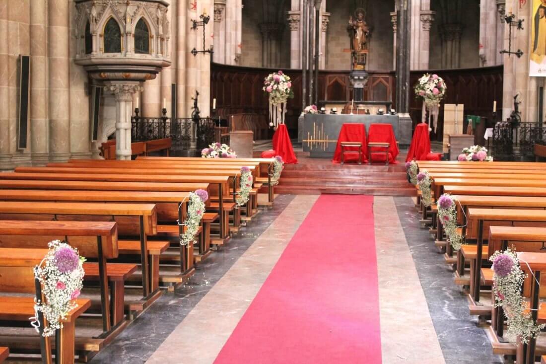 Decoración de iglesia los Dominicos de Valencia en tonos rosa, blanco y malva