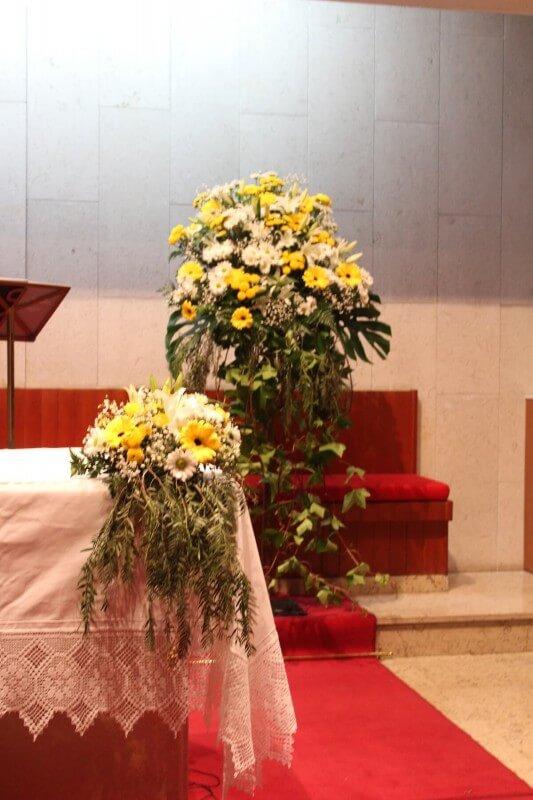 Decoración de iglesia de la Santa Cruz de Torrent en tonos amarillos y blancos