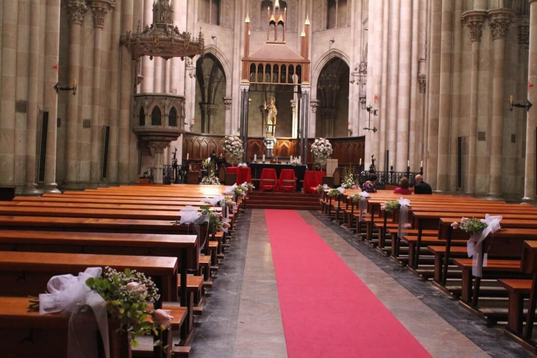 Decoración iglesia de los dominicos de Valencia en flores blancas y rosas