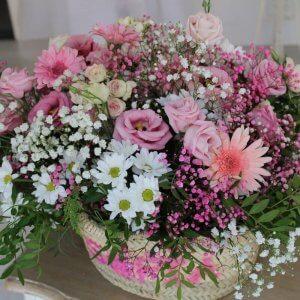 capazo de rafia personalizado con flores frescas
