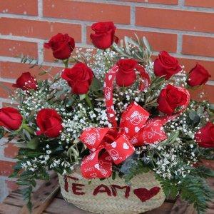 Capazo de 12 rosas