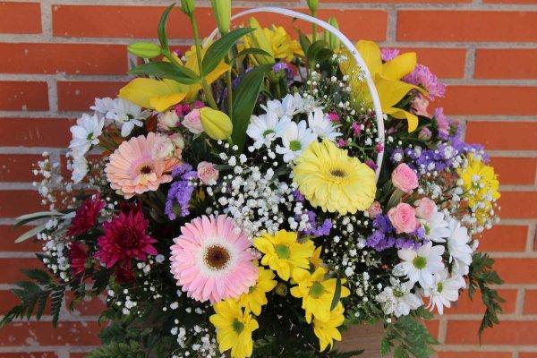 cesta blanca con flores de colores de temporada en Valencia
