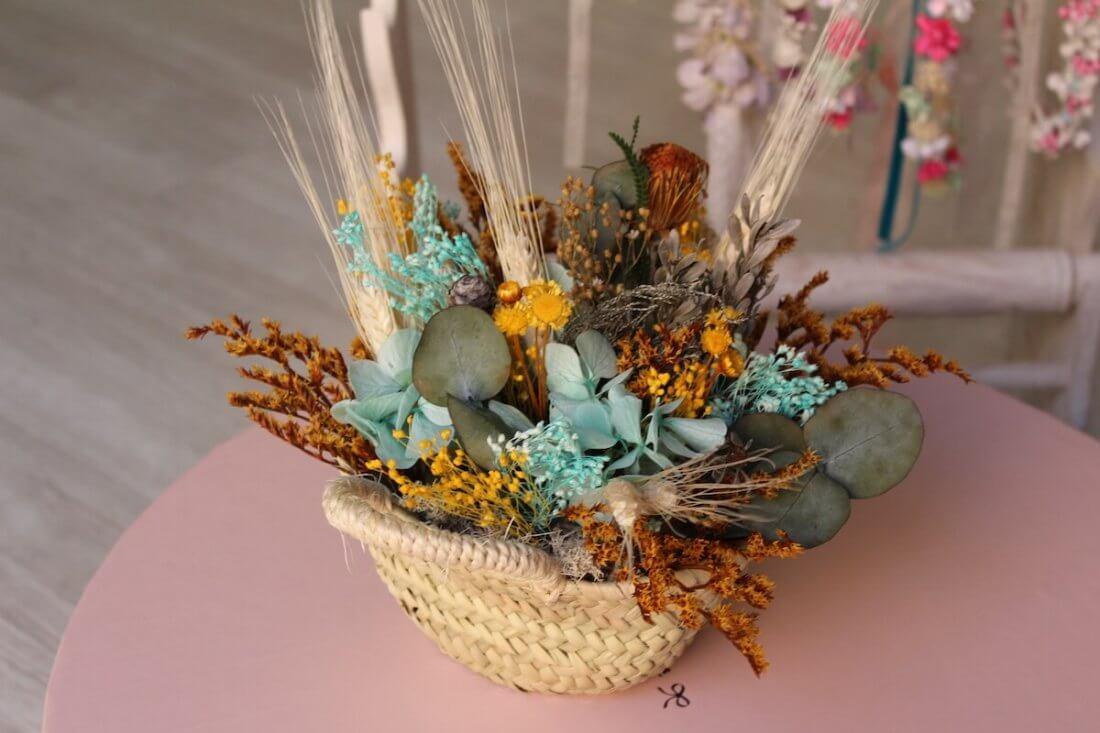 centro de flores secas en colores celeste y amarillo