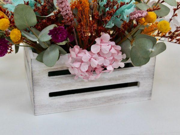 caja de madera con flores secas