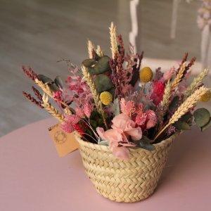 centro en forma de capazo con flores preservadas muy colorido