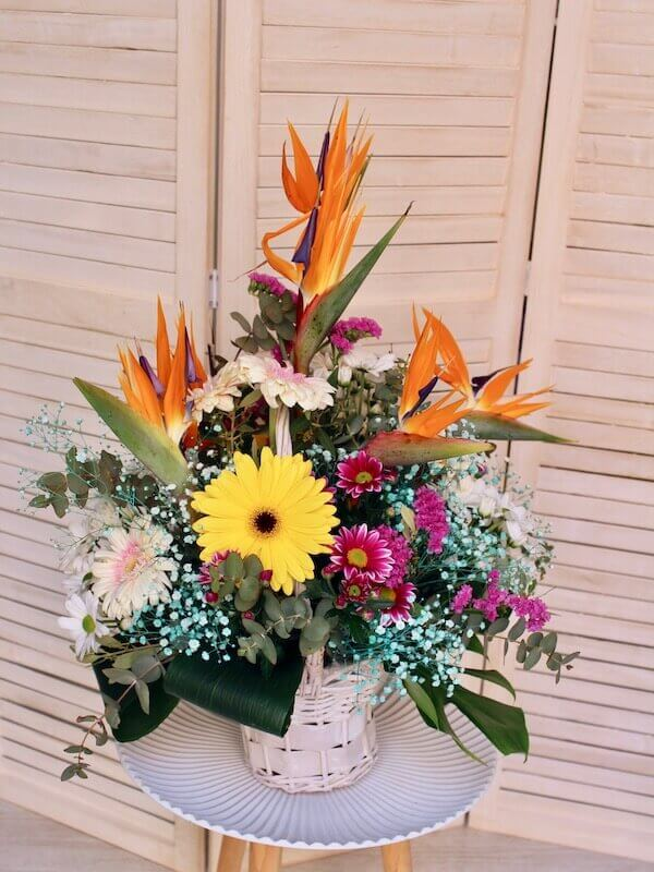 cesta de flores frescas de colores con aves del paraíso