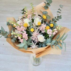 Ramo con astilbe, rosas y eucalipto