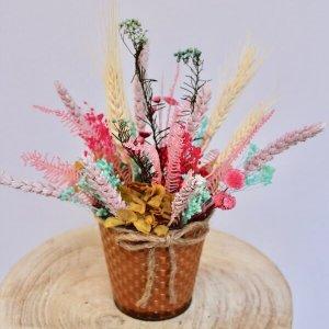 cubo de metal con flores secas