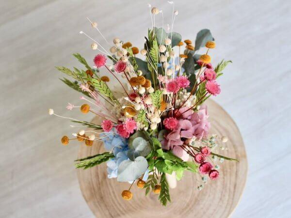 centro nórdico con flores secas de colores variados