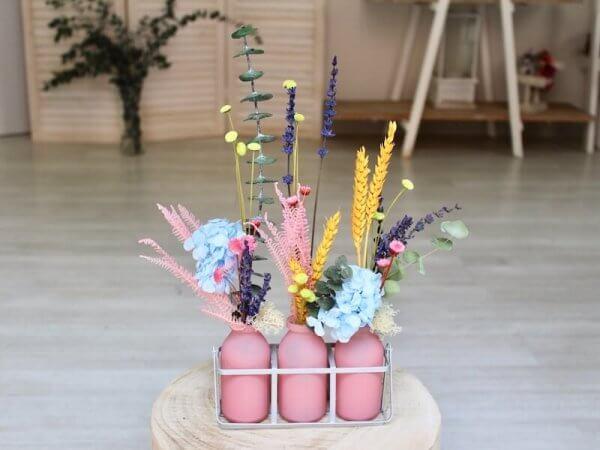 cesta lechera con flores secas de colores variados