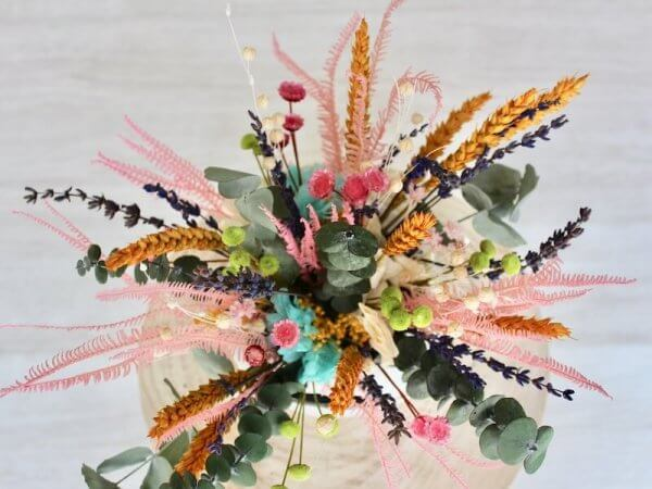 tetera flores secas de colores variados