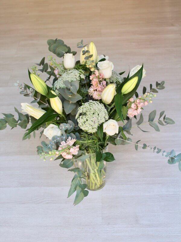 ramo con lilium blanco, rosas blancas y flores frescas