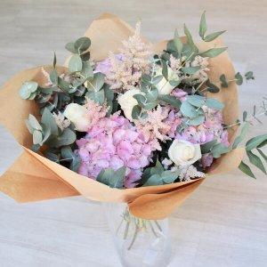 ramo con hortensias, rosas y astilbe