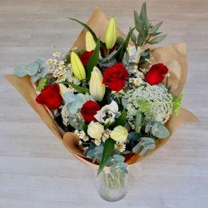 Ramo asilvestrado con rosas